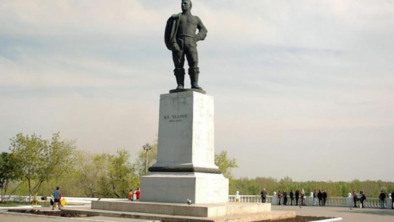 Нижний Новгород: памятник Чкалову - великому летчику-испытателю
